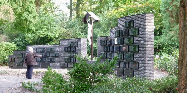 Gedenkmuur Gemert   (een gedenkmuur voor 650 overledenen op een begraafplaats)